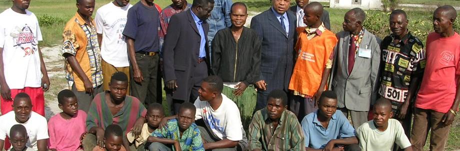 Georges Alula entouré par les habitants de Kabuba dans le Bandundu, Octobre 2005